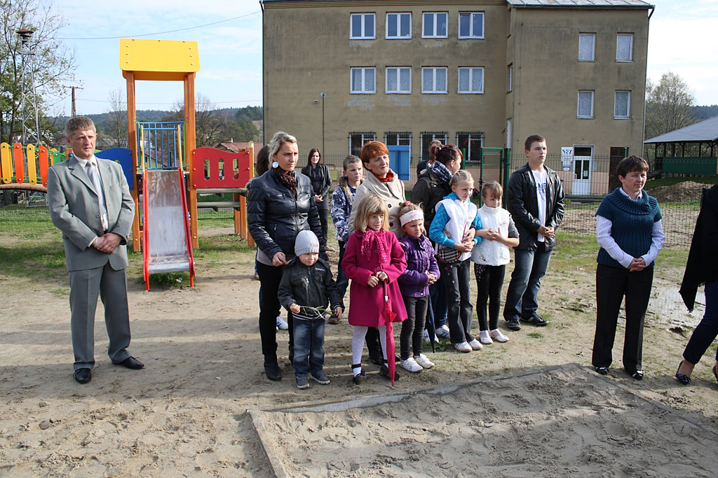 Galeria zdjęć: Poświęcenie placu zabaw w Kramarzówce.