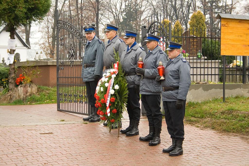 Galeria zdjęć: Złożenie kwiatów na grobie gen.  Marka Papały