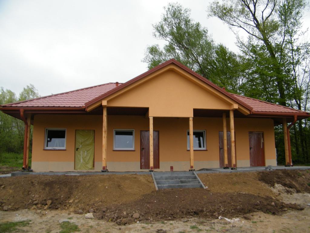Galeria zdjęć: Budowa budynku szatni na terenie stadionu sportowego w Rozborzu Długim