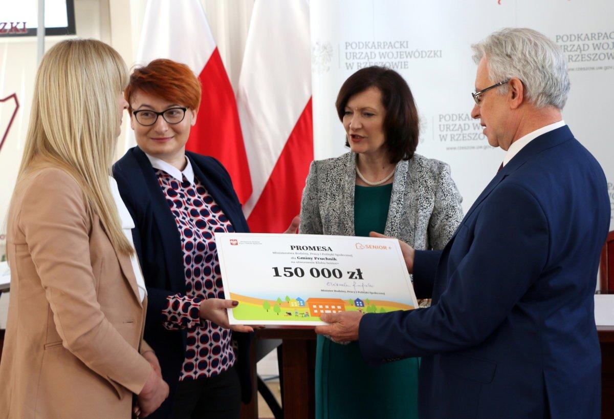 Galeria zdjęć: Promesa dla Gminy Pruchnik na utworzenie klubu Senior+